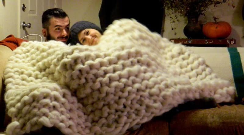 artist-knits-giant-blanket-uses-pvc-pipe-as-needles-1