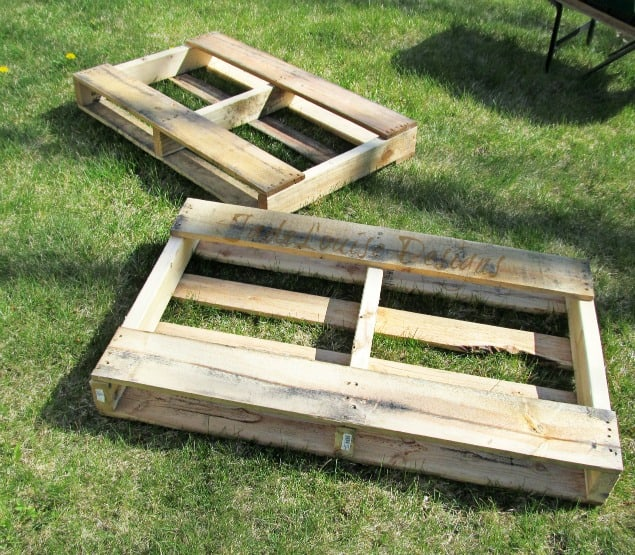 How To Make A Weedless Raised Wood Pallet Garden Bed ...