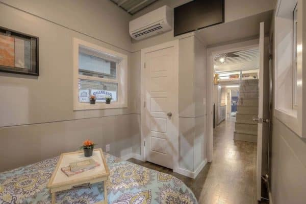 40-Modern-Shipping-Container-Tiny-Home-0011-600x399