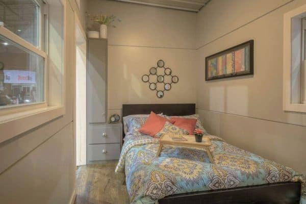 40-Modern-Shipping-Container-Tiny-Home-0012-600x400