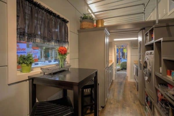 40-Modern-Shipping-Container-Tiny-Home-002-600x399