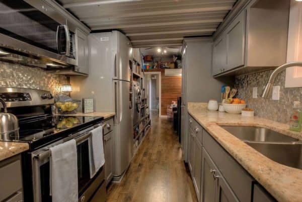 40-Modern-Shipping-Container-Tiny-Home-004-600x401