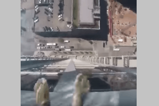 Video guy swims in glass bottom pool that hangs 40 stories high over city streets - Glass bottom pool ...
